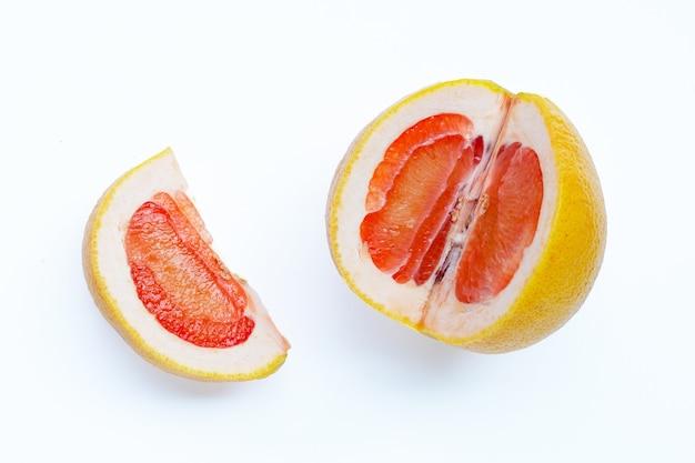 높은 비타민 c. 흰 벽에 수분이 많은 자몽.