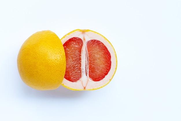 Высокое содержание витамина с. сочный грейпфрут на белой стене.