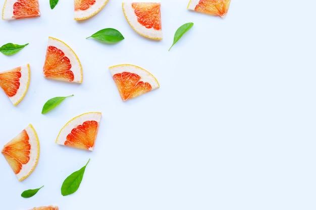 高ビタミンc。白い背景にジューシーなグレープフルーツのスライス。