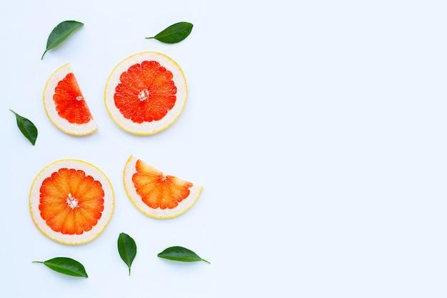 Высокое содержание витамина с. сочные кусочки грейпфрута на белом фоне.