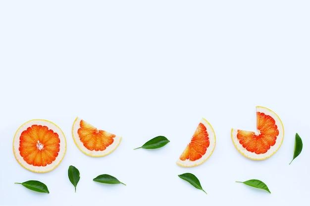 높은 비타민 c. 흰 벽에 육즙 자몽 슬라이스.