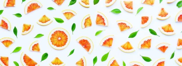 Высокое содержание витамина с. сочные дольки грейпфрута на белом.