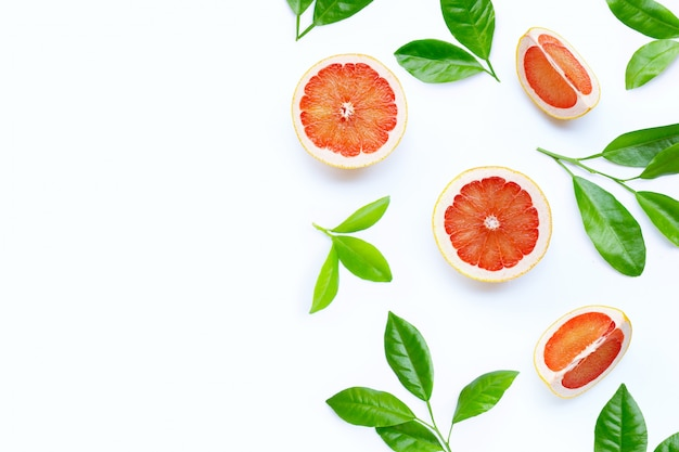 높은 비타민 c. 흰색 배경에 녹색 잎 육즙 자 몽 슬라이스.