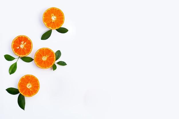 Изолированные сочные и сладкие фрукты с высоким содержанием витаминов