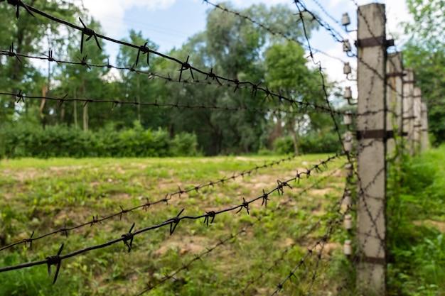 고전압 철조망. 울타리 뒤에 개인 제한 구역. 오래 된 철입니다.