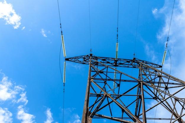 Высоковольтная электрическая опора из-под. высоковольтная электрическая башня. высоковольтная вышка