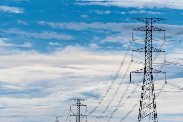 Высоковольтный электрический столб и линия электропередачи