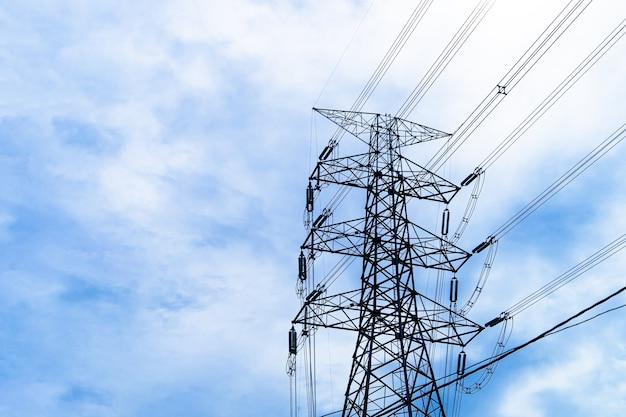 Электрический столб высокого напряжения с распределительной станцией инженера-электрика линии электропередач.
