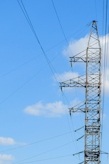Высоковольтная электрическая башня. столб высокого напряжения или башня высокого напряжения концепция питания.