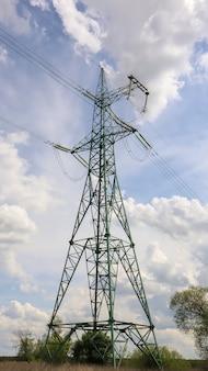 현장에 고전압 전기 타워