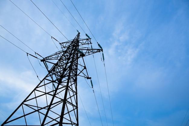 . 분배 스테이션에서 와이어 케이블이있는 고전압 그리드 타워. 에너지 산업, 에너지 절약