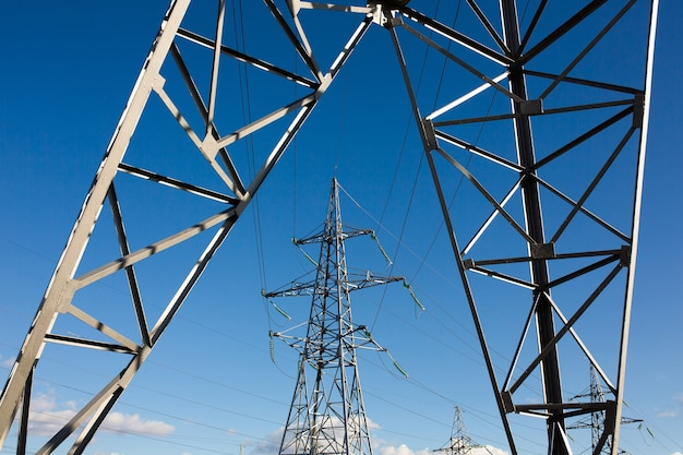 。配電所にワイヤーケーブルを備えた高圧グリッドタワー。エネルギー産業、省エネ