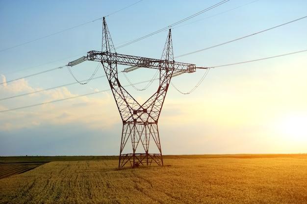 Линия высокого напряжения с электрическими опорами в окружении возделываемых полей