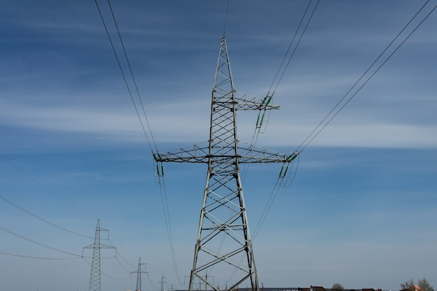 푸른 하늘에 권운 구름이 있는 화창한 날 고압선과 전력 철탑. 복사 공간
