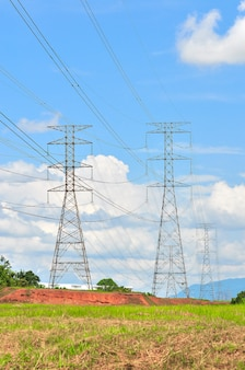 푸른 하늘에 구름이 있는 화창한 날 고압선과 전력 철탑