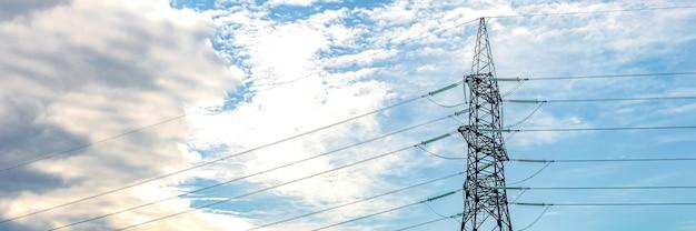 하늘을 향한 고압 기둥 전력망 극 고압 타워 전력 사용