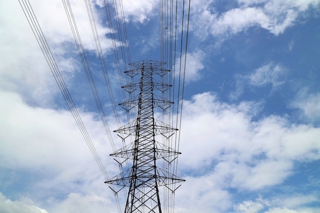 Полюс высокого напряжения, столб электричества с голубым небом и белым облаком. промышленное, технологическое и природное понятие.