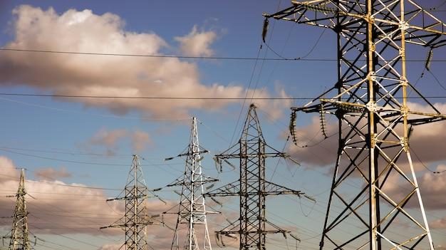 고전압 포스트. 하늘에 전기 pylons입니다.