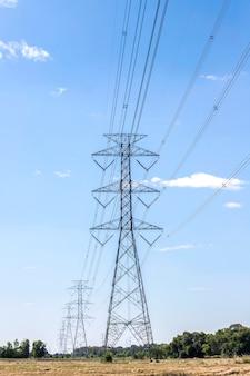 Столб высокого напряжения, башня высокого напряжения в сельской местности