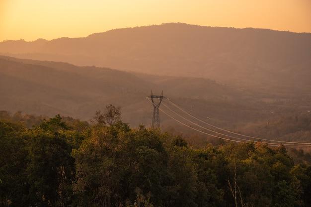 高電圧ポスト。高電圧タワー。山岳地帯の電力線パイロン。