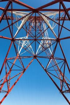 Пост высокого напряжения. предпосылка неба башни высокого напряжения.
