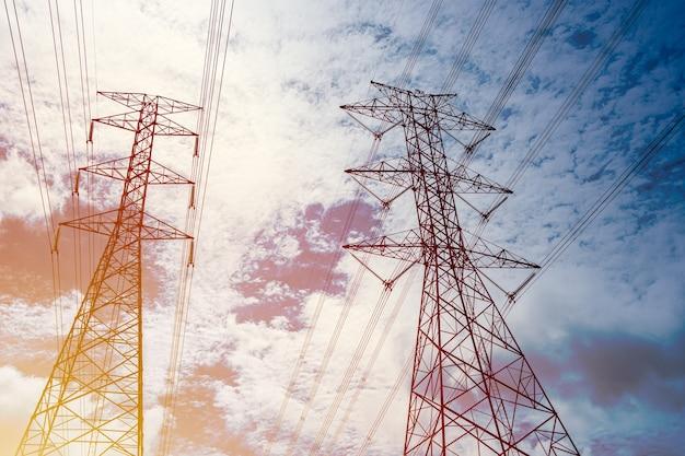 Столб высокого напряжения промышленность городских линии электропередачи электричество кабель открытый ландшафт.