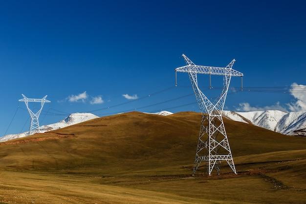키르기스스탄의 고압 전력선. 산에 있는 전기 철탑.