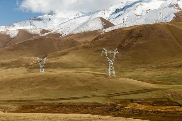 키르기스스탄의 고압 전력선. 산에서 전압 전기 철탑입니다.