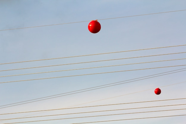 Линия электропередачи высокого напряжения с большим мячом для предупреждения пилотов, низколетящих самолетов и вертолетов.