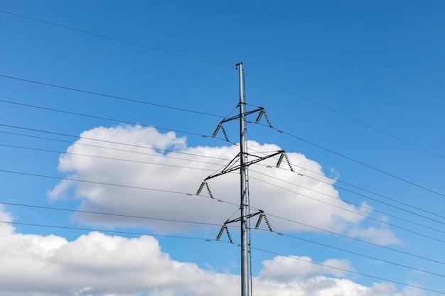 구름과 푸른 하늘과 고전압 전원 라인.