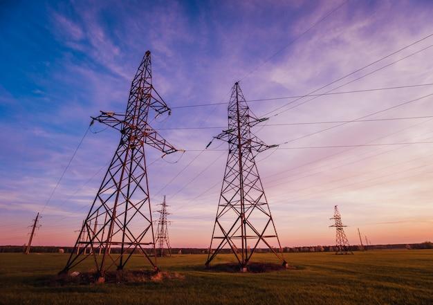 Высоковольтные линии электропередач на закате. электрораспределительная станция.
