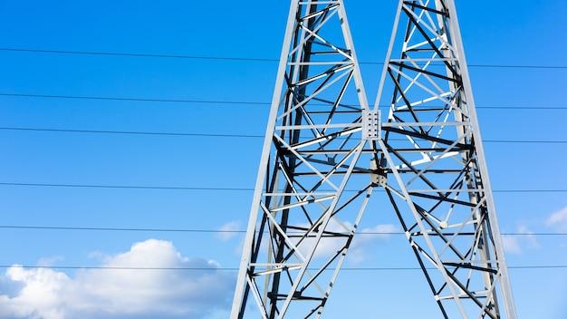 일몰, 고전압 전기 전송 타워에서 고전압 전원 라인.