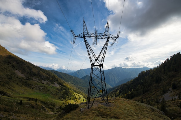 山の中の高電圧パイロン