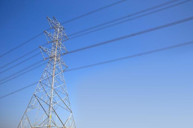 高圧送電塔と配線ケーブル。