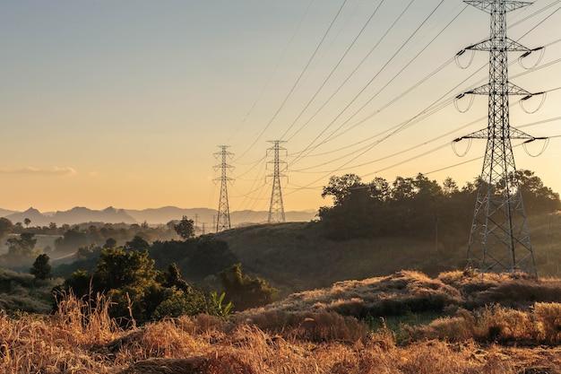 Башня передачи высокого напряжения на закате