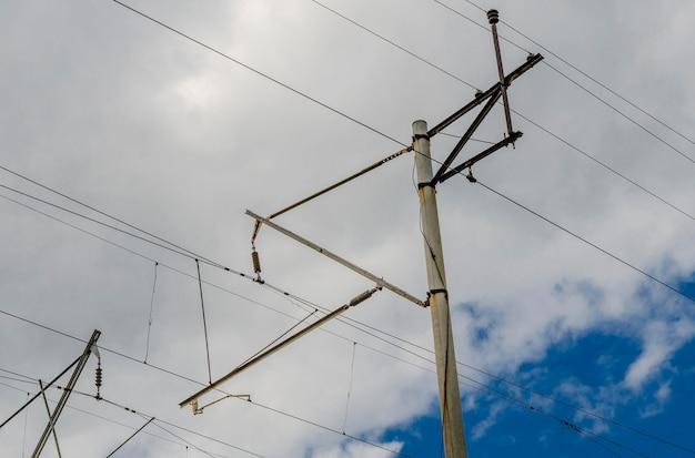 철도 라인의 고전압 전선 및 지지대