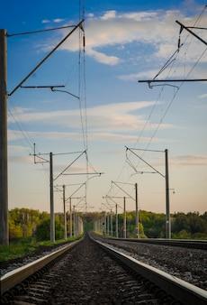 鉄道線路の高電圧ワイヤーとサポート