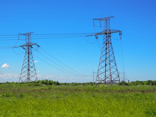 고전압 전선. 전송선이있는 풍경.