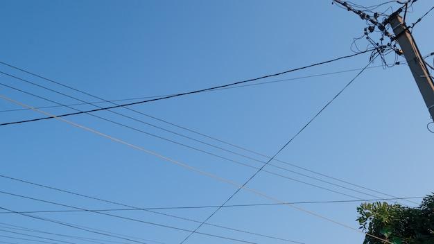 Провода высокого напряжения на открытом воздухе на фоне неба.