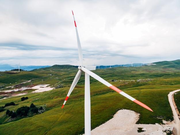 몬테네그로의 녹색 초원에 높은 풍력 발전기