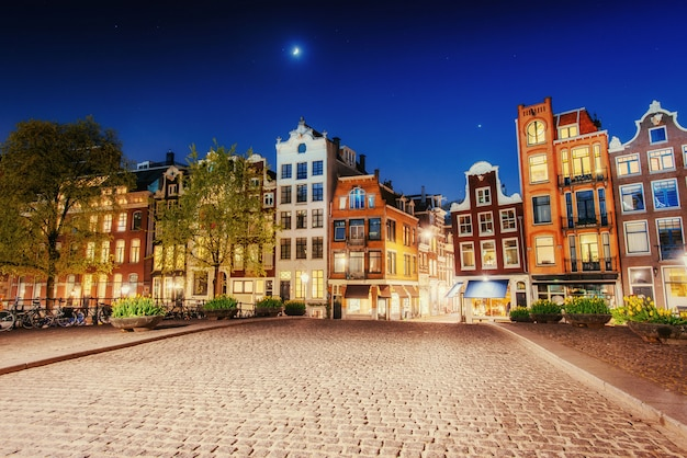 Подсветка зданий и улиц амстердама, нидерланды
