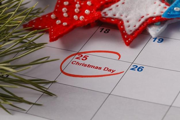 Подсветка рождественской даты в календаре