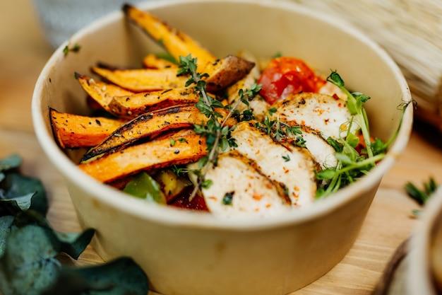 サツマイモ、鶏の胸肉、トマトをエコボックスに入れた高タンパク質食品