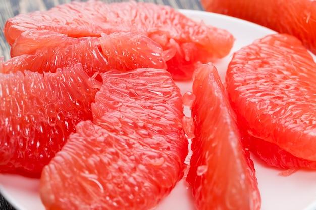 料理中の高品質の柑橘系の果物や他の種類の料理赤グレープフルーツの酸味とジューシーなクローズアップ