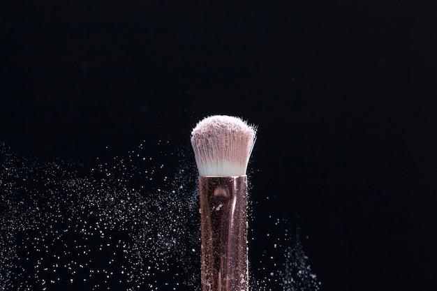 Качественная косметическая кисть с косметическим продуктом