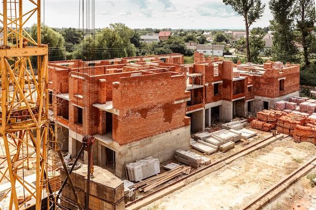 Высотная строительная площадка с железной арматурой перекрытий и башенным краном