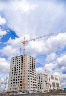 高層クレーンと高層住宅の建設