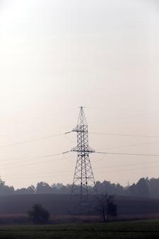 田園地帯にある高電圧電柱