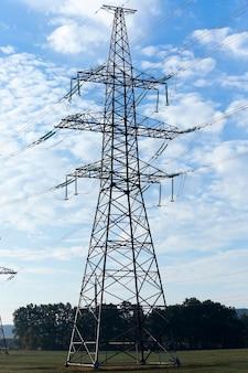 고전압 전원 극은 시골에 위치한 근접 촬영 고전압 전기 극을 촬영했습니다.