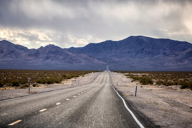 데스 밸리 국립 공원의 파나 민트 밸리를 건너는 190 번 고속도로